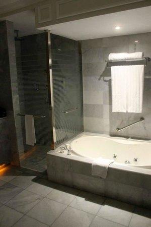 Iberostar Grand Hotel Rose Hall: Huge Bathroom!