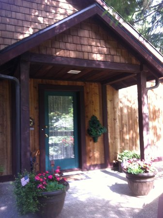 Bear's Lair Bed & Breakfast : Carriage House entry