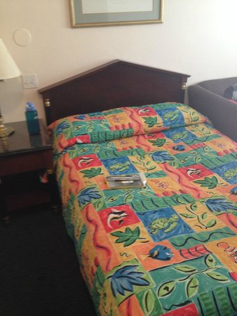 Surfside Motel : Broken bed