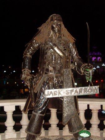 Sonesta Beach Resort & Casino: statue at Hollywood