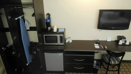 Microtel Inn & Suites by Wyndham Spring Hill/Weeki Wachee: overlooking the desk and closet area