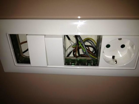 Lindos Imperial Resort & Spa: חשמל חשוף בחדר