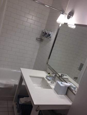 Four Points by Sheraton Calgary Airport: Nice clean bathroom, good size and loved the lighting and mirrors! Shampoo, conditioner, and bod