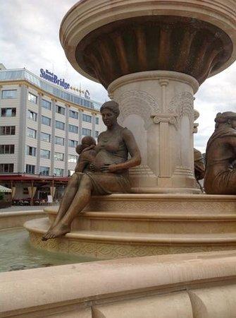 Fountain of the Mothers of Macedonia: фонтан материнство