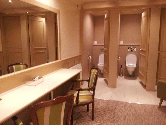 The Inn at Dromoland: bathroom near bar