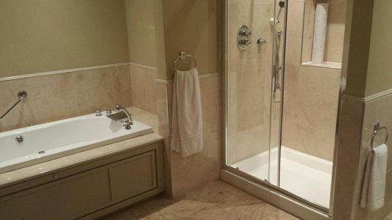 The Inn at Dromoland: bathroom room 261