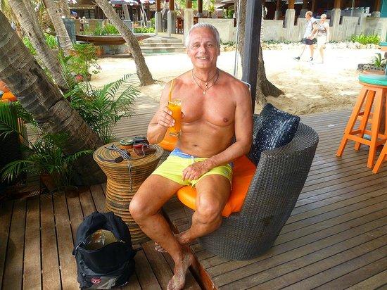 Fair House Beach Resort & Hotel: un drink nel bar che da sulla noi chaweng beach