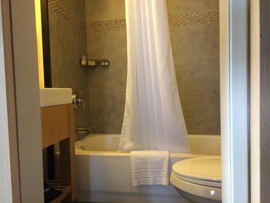 Vive Hotel Waikiki: Bathroom