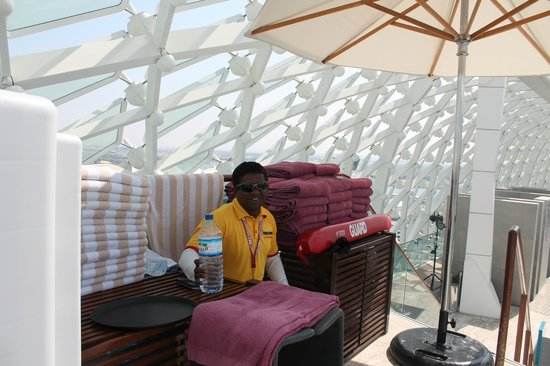 Yas Viceroy Abu Dhabi: pool staff