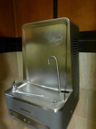 Comfort Suites Leesburg: Tall spigot for filling water bottles!