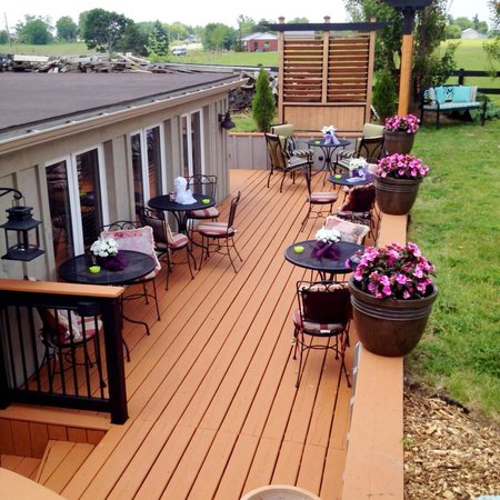 Serenity Ranch Bed and Breakfast: Bistro deck