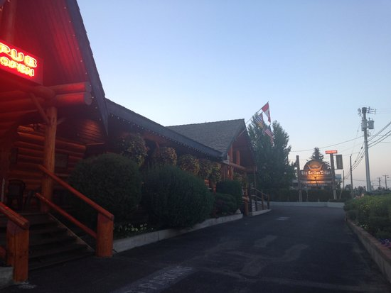 Cariboo Lodge Resort: Front of hotel