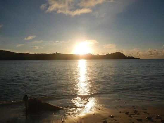 Aloita Resort & Spa: Sol nascendo na praia em frente ao quarto