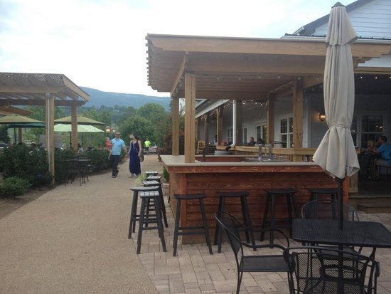 Blue Mountain Brewery : Outdoor bar area