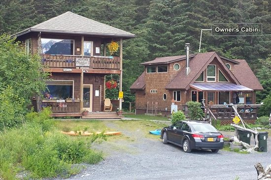 Alaska Paddle Inn : Owner's place on right. We stayed on Upper Level.