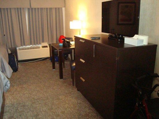Stonecroft Inn: room-table chair tv
