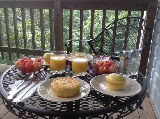 Evening Shade Inn Bed and Breakfast : Delicious breakfast outside