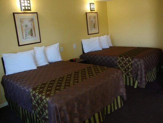 Americas Best Value Inn Sacramento: Two Queen Beds