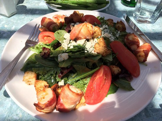 Fishbones in the Village: Scallop wrapped with bacon salad