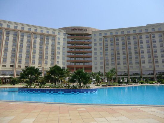 Movenpick Ambassador Hotel Accra : View of the hotel from by the pool