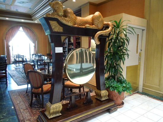 Royal Sonesta Harbor Court Baltimore : gong in fron of restaurant ... so tempting