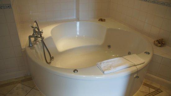 Hatton Court Hotel: Jacuzzi bath...nice touch