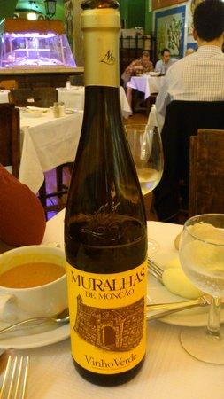 Cervejaria Trindade : Muralhas de Moncao. Buen vinho verde.