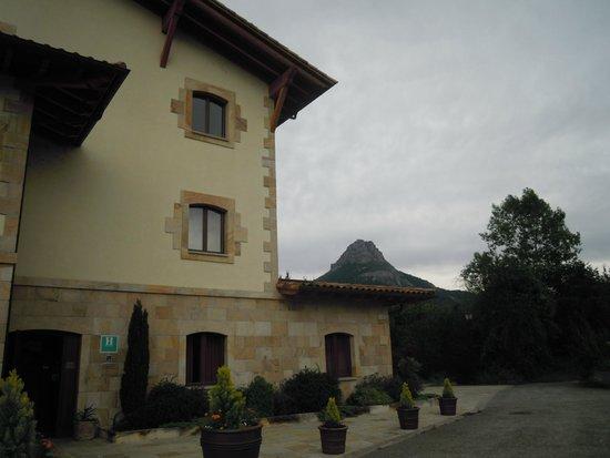 Hotel Rural Olatzea : al fondo el monte Beriain