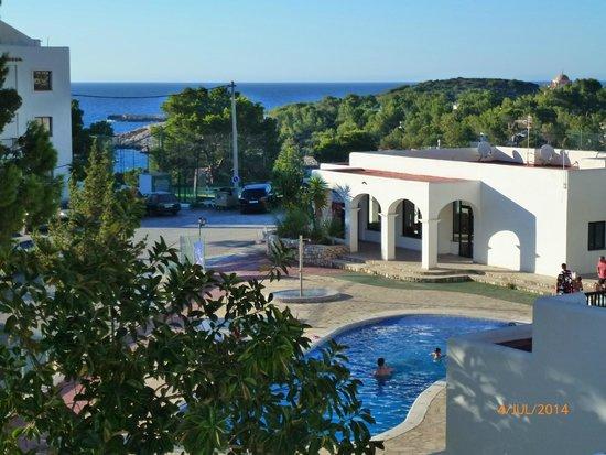 Apartamentos Australasia Playa: Entrance, pool and sea.