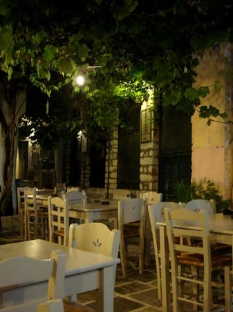 O Yiannis Taverna : Outdoor seating area