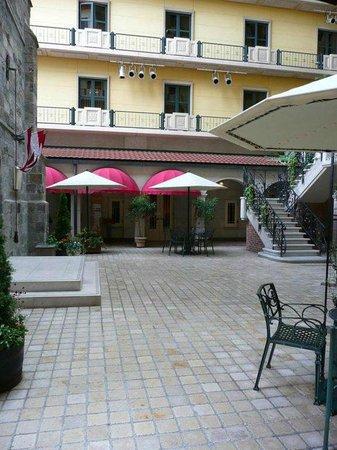 Hotel Monterey Osaka: Rooftop courtyard
