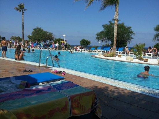 Best Mojacar: Esto es un trozo de la piscina, al fondo se ven a los de animación con los niños