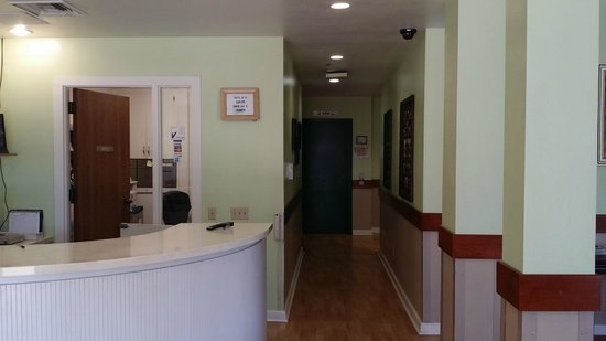 Guesthouse Inn & Extended Stay Suites: Front Office