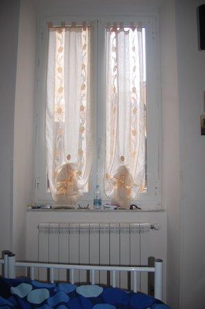 la rosa dei venti : No privacy or darkness in the room