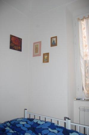 la rosa dei venti : The bed fills the whole room