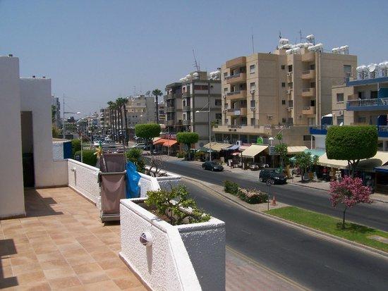 Park Beach Hotel: WIDOK Z HOTELU NA ULICĘ