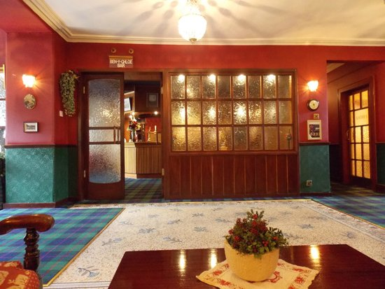 Atholl Arms Hotel: Towards the 'Ben Y Gloe' bar from the vestibule/foyer/guests' lounge