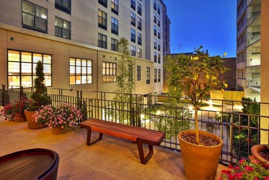 Hilton Garden Inn Bloomington: Outdoor Seating Area