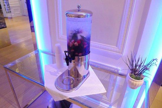 Warwick Hotel Rittenhouse Square: Free cold fresh fruit water