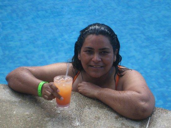 Hotel Oceano Azzurro: tomando un coctelito