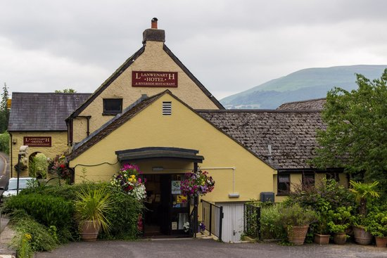 Llanwenarth Hotel & Riverside Restaurant: Outside of Hotel with hills in the distance.