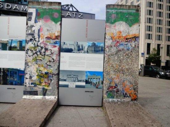 Potsdamer Platz : parte do muro, na praça.