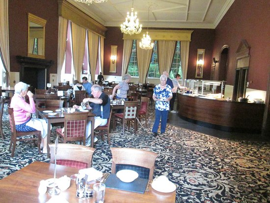 Ben Wyvis Hotel : The dining room is dark at all times due to the colour schemes and 25 watt candlelight bulbs