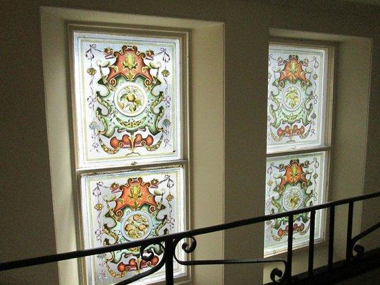 Ben Wyvis Hotel: Original stained glass windows on the straiways