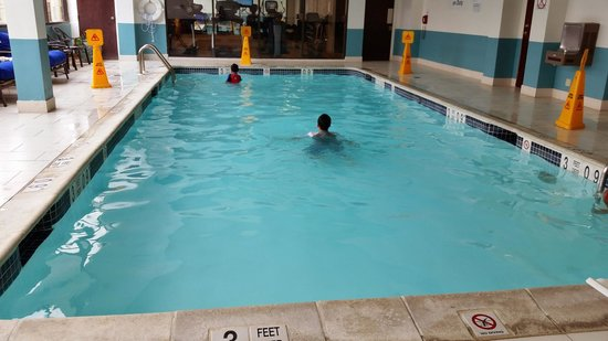 Sheraton Suites Wilmington Downtown Hotel : The pool on the 2nd floor. Fitness Center overlooks it. Pools is 3ft deep.