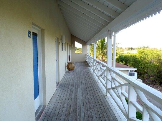 Caribbean Paradise Inn: Outside room; kind of Grecian isles feel