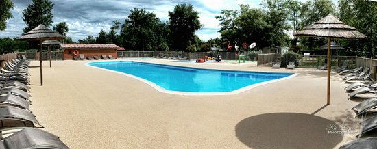 Camping Les Ourmes : Swimming pool with splash zone behind
