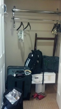 Wingate By Wyndham Las Colinas: Closet with safe