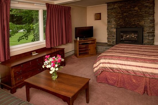 Stowe Motel & Snowdrift : Superior Fireplace Efficiency with Queen Bed & Couch