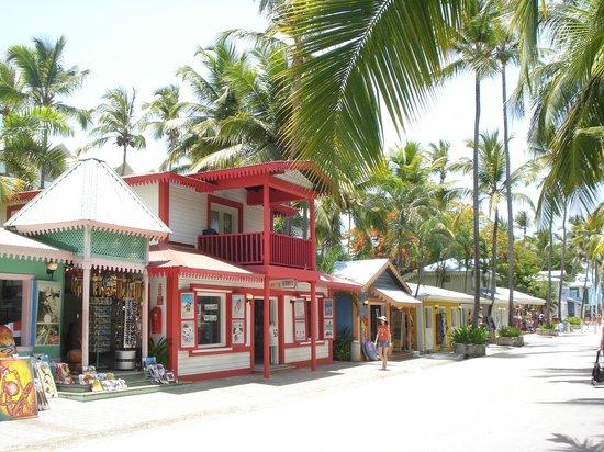 Hotel Riu Naiboa : Calle hacia la playa